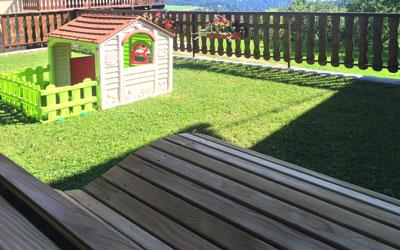 Zelenica z igrali na turistični kmetiji Pačnik